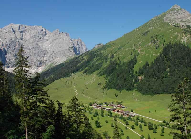 Von oben gesehen:  Die schöne Eng im Karwendel mit der Engalm