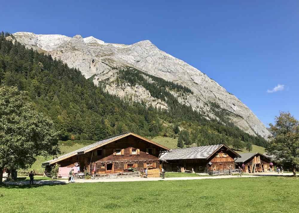 Die Engalm Öffnungszeiten und alle Informationen über das Almdorf im Karwendel