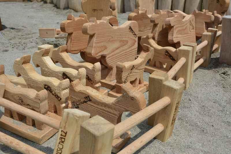 Die Kühe aus Holz in ihrer Spielweide