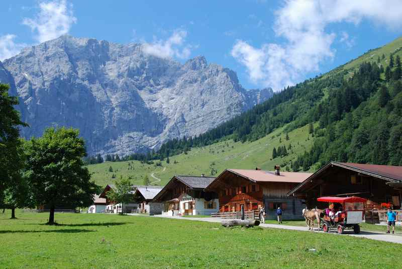 So stellt man sich einen Hüttenurlaub vor: Urige alte Holzhütten, die ein eigenes Dorf bilden - hier die Engalm am Ahornboden im Karwendel, liegt auf der Karwendeltour