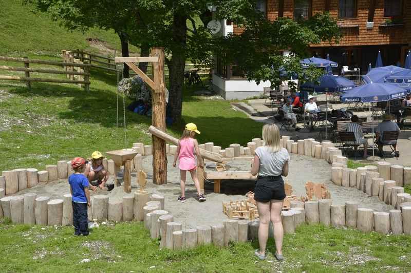 Für kleinere Kinder ist der Engalm Sandspielplatz toll. Er hat die Form eines Ahornblatts und es gibt Holzspielzeug zum Nachbauen des Ahornboden