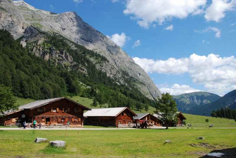 Adlerweg Tirol:  Hüttenwanderung zur urigen Engalm, rundherum der schöne Ahornboden