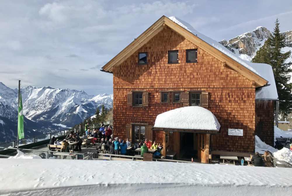 Der Blick auf die Erfurter Hütte mit dem Karwendel