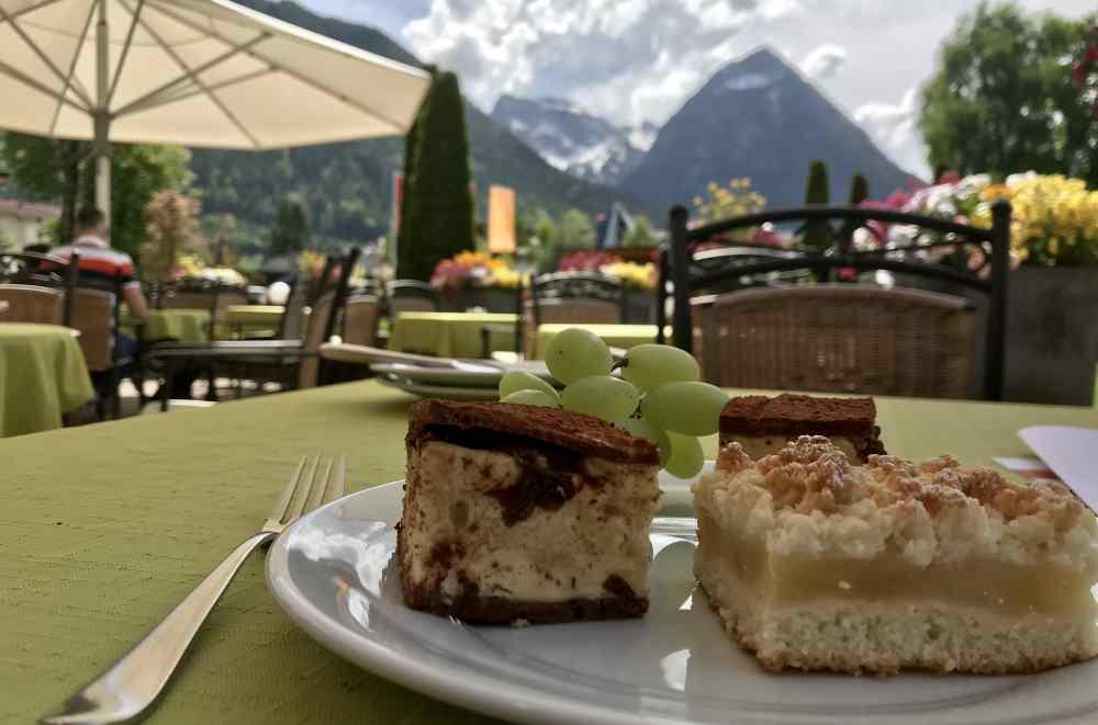 Stärkung auf der Sonnenterrasse mit Kuchen, Obst und Gerichten vom Buffet