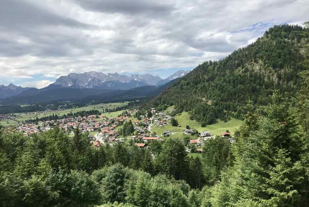 Der Blick über Wallgau mit dem Krepelschrofen (Estergebirge) rechts im Bild