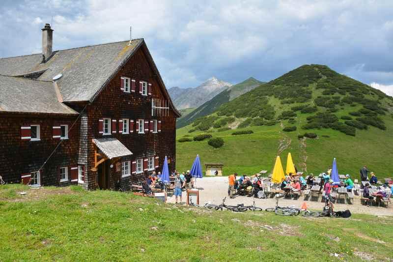 Die Falkenhütte samt Sonnenterasse im Karwendel
