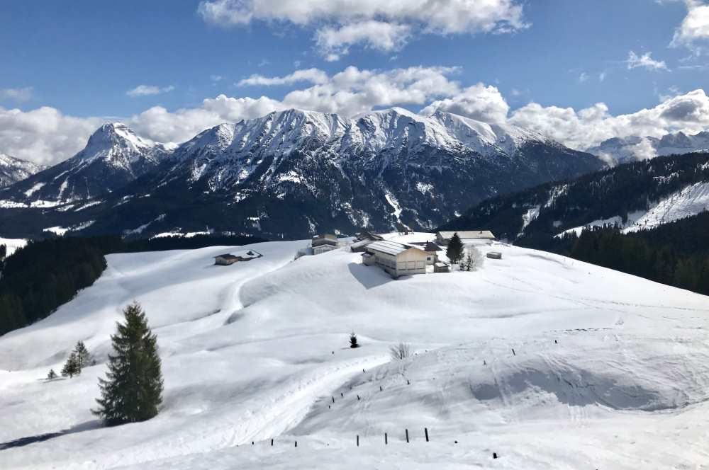 Die winterliche Landschaft der Falkenmoosalm mit dem Karwendel samt Guffert