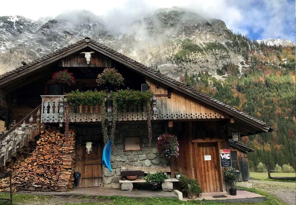 Falzthurnalm wandern im Karwendel:  Wir wandern an den Hütten der Falzthurnalm vorbei