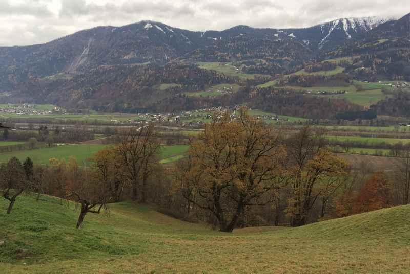 Die Aussicht über das Inntal auf die Tuxer Alpen, hinüber nach Buch in Tirol und Gallzein