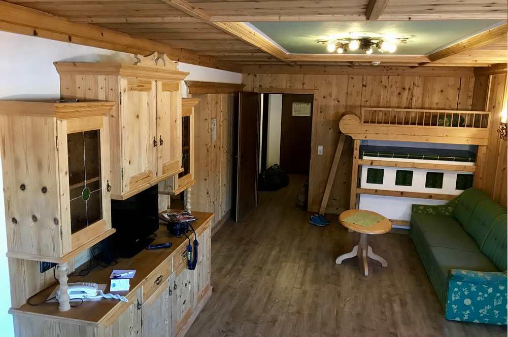 Familienhotel Seefeld: Das ist das Wohnzimmer unseres riesigen Appartements im Alpenlook