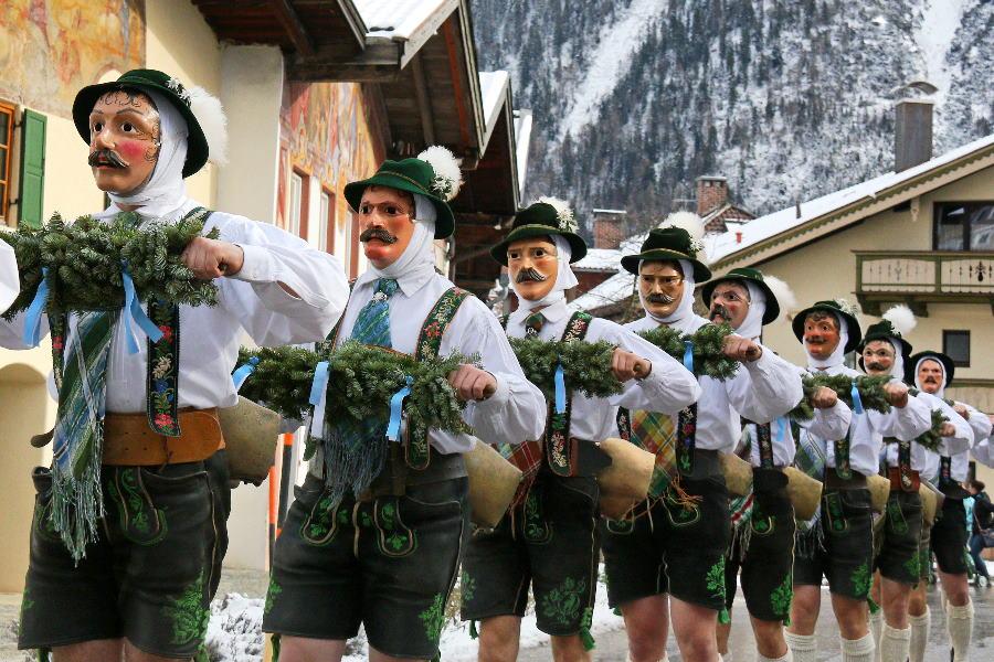 Brauchtum im Karwendel: Der Fasching in Mittenwald mit den traditionellen Maschkera. Bild – Alpenwelt Karwendel / Wera Tuma
