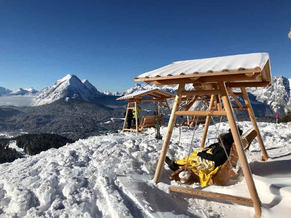 Im Februar Urlaub skifahren und danach auf den einmaligen Sonnen-Schaukeln mit Bergblick entspannen - auf der Rosshütte in Seefeld