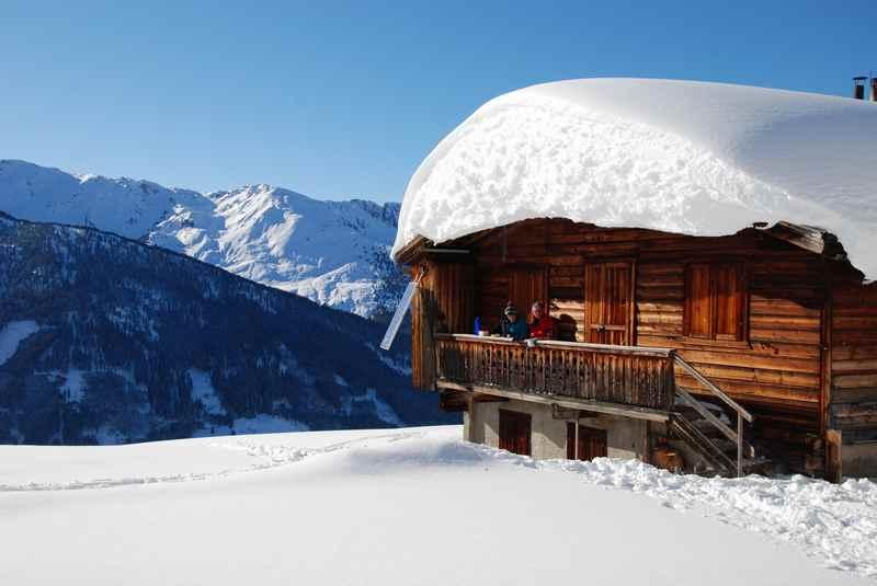 Ein entspannter Februar Urlaub im Karwendel - hier beim Schneeschuhwandern in Weerberg