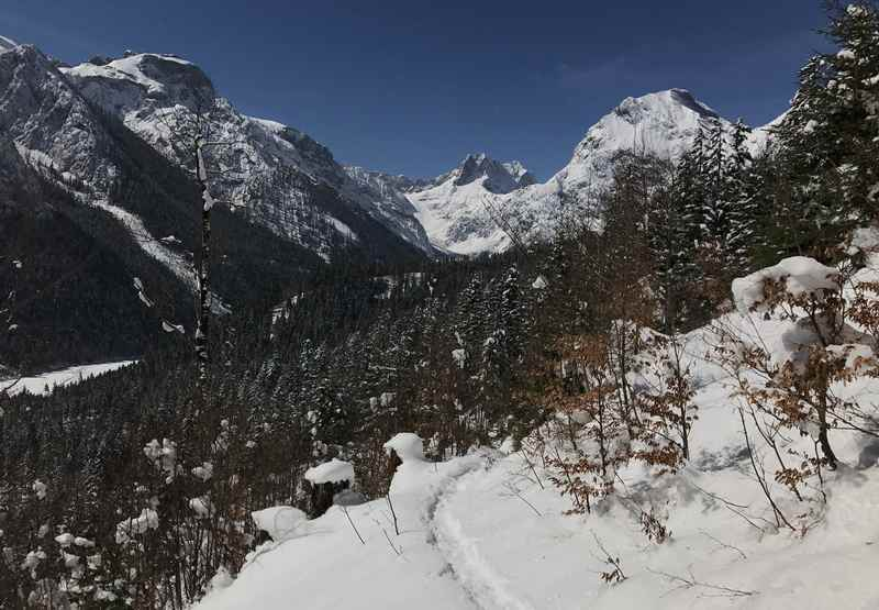 Beim Schneeschuhwandern zur Feilalm im Karwendel ist die Lamsenspitze (in der Bildmitte) gut und sehr schön zu sehen