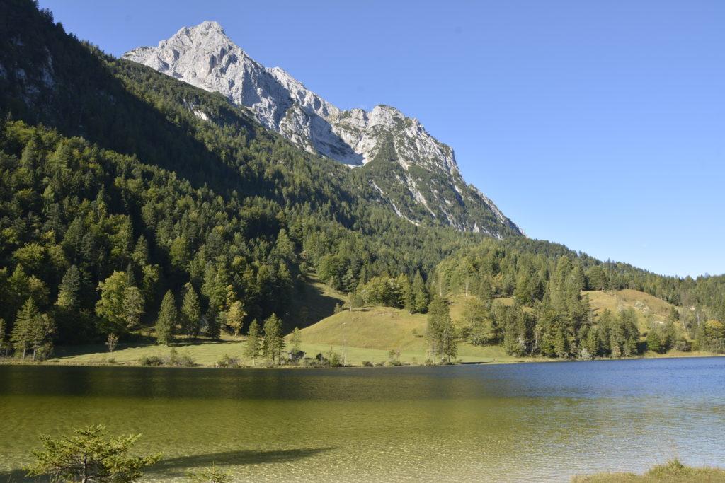 Der Ferchensee oberhalb von Mittenwald mit der Wettersteinspitze