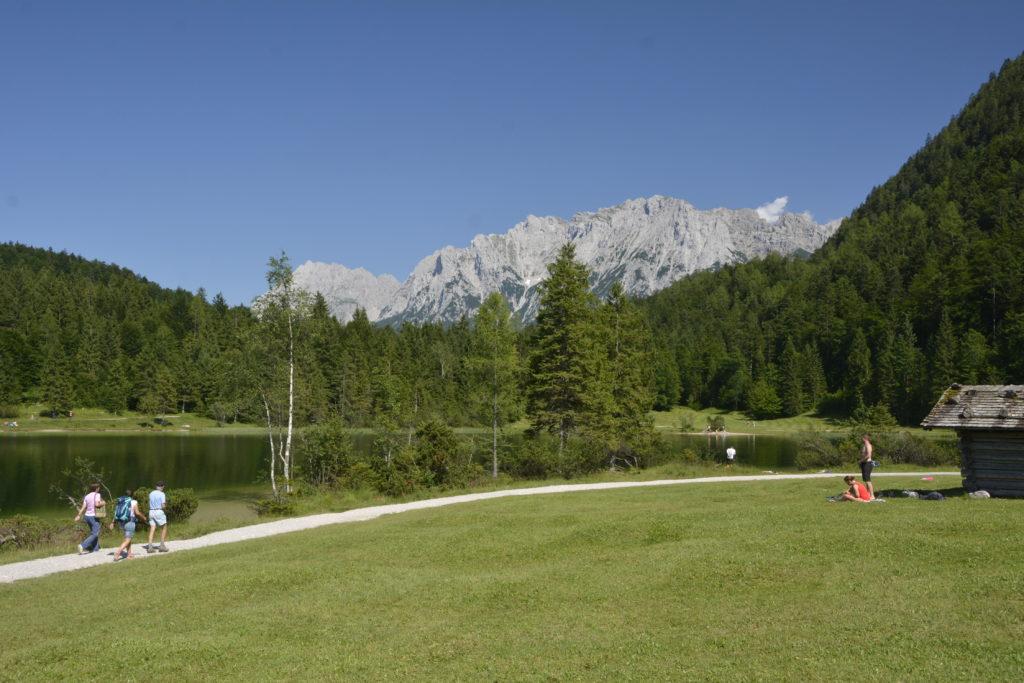 Auf dem Weg rund um den See in Mittenwald wandern