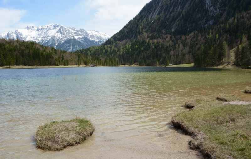 Am glasklaren Ferchensee baden, hinten ist das Karwendel zu sehen