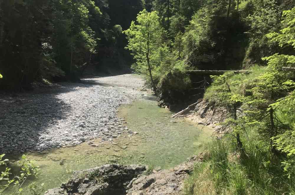 Die Finzbachklamm mit dem türkis-blauen Wasser des Finzbach, Estergebirge