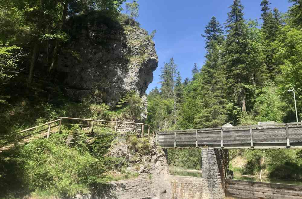 Der Eingang in die Finzbachklamm: Bis zum Wehr ist das Bachbett trocken, dafür gefällt mir der Felsen bei der Wehrbrücke