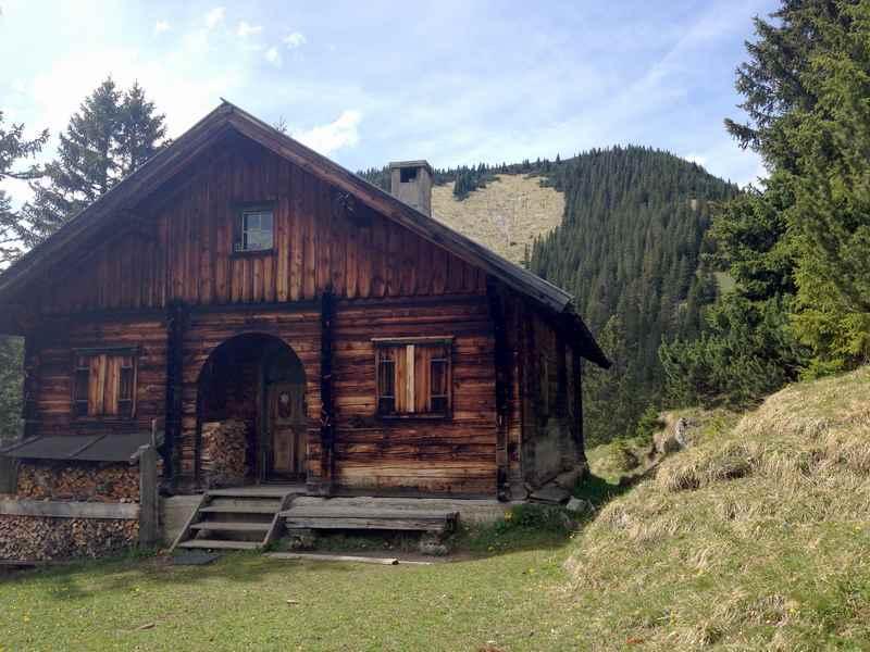 DIe großzügige Jagdhütte bei der Wanderung auf die Fleischbank im Karwendel
