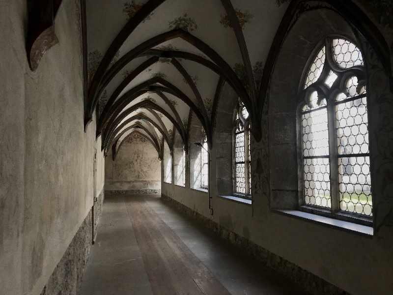 Der Blick in den nicht renovierten Teil des Kreuzgang im Franziskanerkloster Schwaz