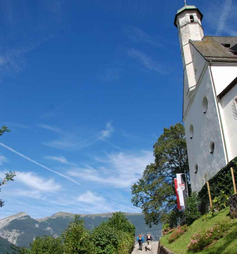 Auf dem Weg in die Burg Freundsberg, mit dem Karwendel