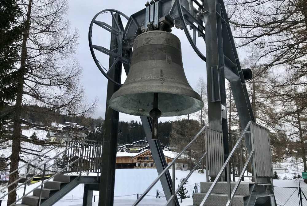 Das ist das Ziel der 2. Etappe der Schneewanderung: Die Friedensglocke in Mösern