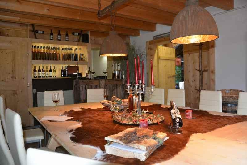 Verkostung des frischen Fruchtwein im Weingut am Kellerjoch