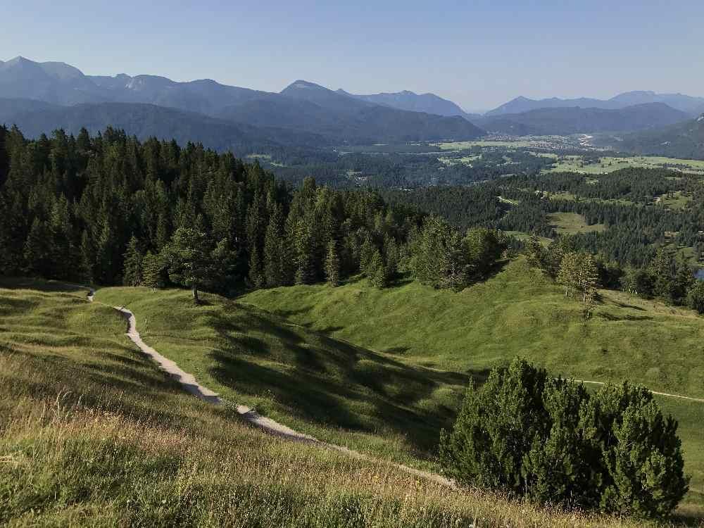 Frühlingswanderungen mit Gipfel? Der Kranzberg (1391 m) im Mai, Aussicht auf Karwendel und Isartal