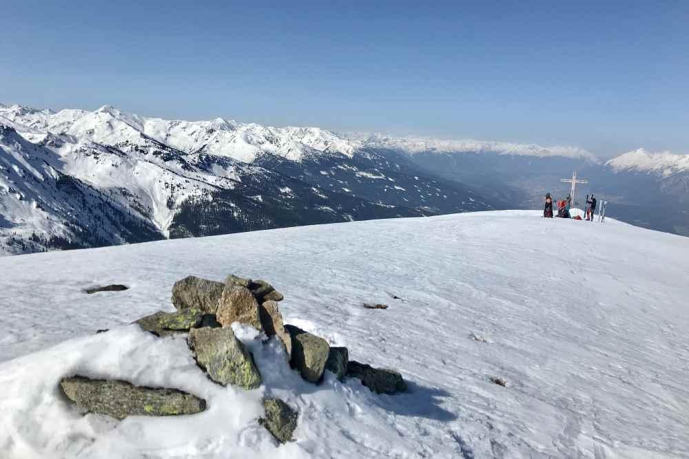 Skitour Kuhmesser - Das Gipfelplateau weite Sicht über die Tuxer Alpen und das Karwendel
