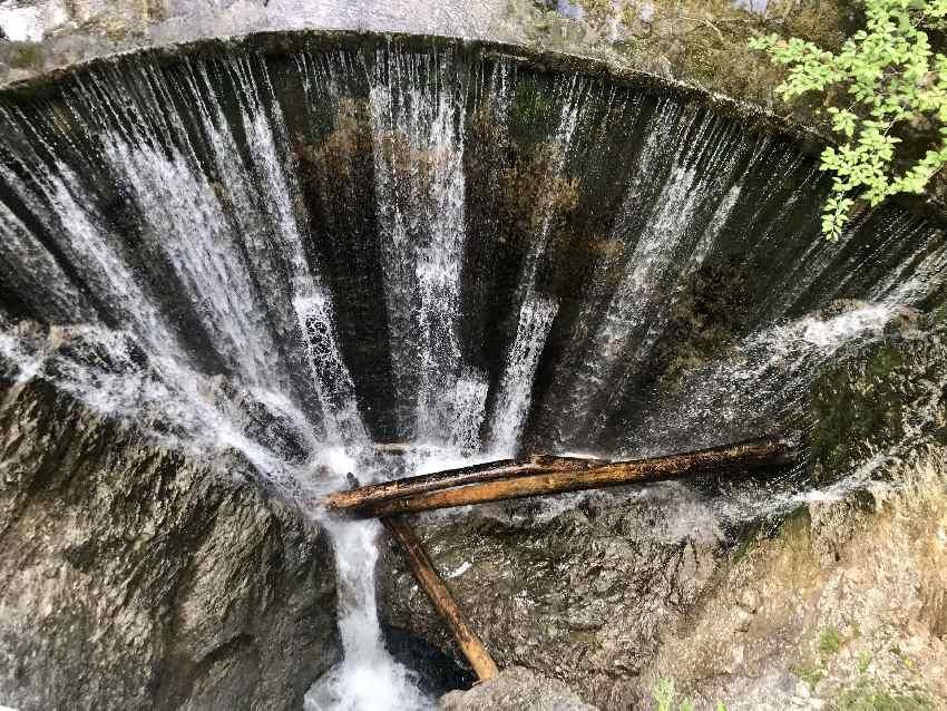 Von der Brücke aus kannst du auf diesen Wasserfall in Eschenlohe schauen, dahinter ist die Gachentodklamm