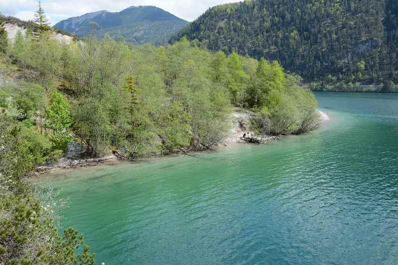 Beim Wandern gibt es schöne Blicke auf den türkisblauen Achensee