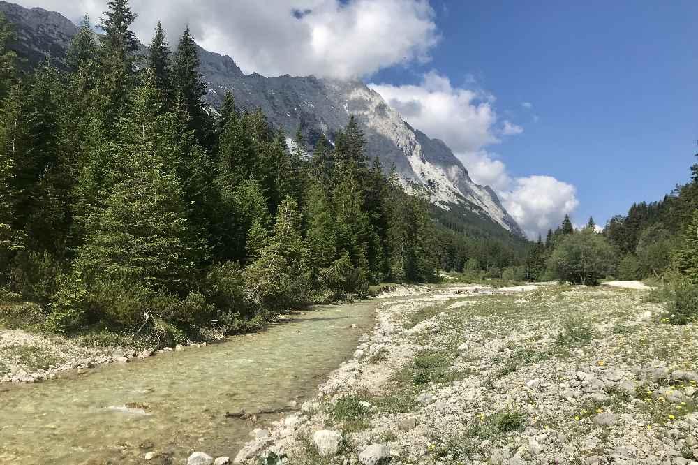 Tolle Berglandschaft mit dem Mieminger Gebirge und der Leutascher Ache im Gaistal