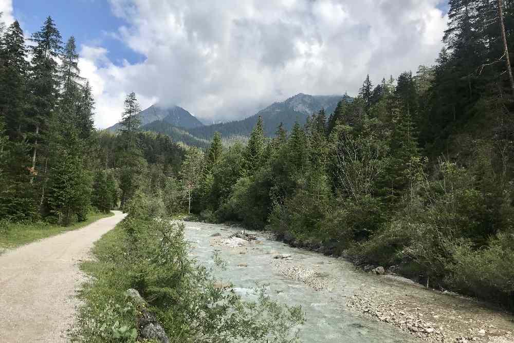 Ein leichter Weg zum Wandern mit Kinderwagen im Gaistal - entlang der Leutascher Ache