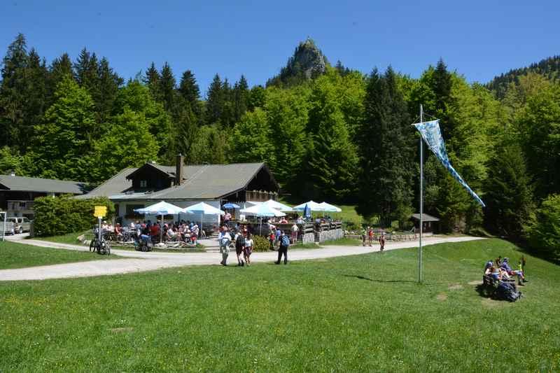 Hinter dem Gasthof Galaun ist über den Waldwipfeln der Riederstein samt Kapelle zu sehen
