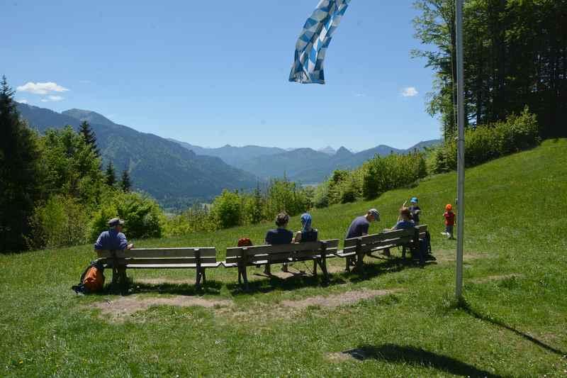 Das ist Lichtung in Galaun. Auf der langen Bank vor dem Alpengasthof Galaun ist der Blick auf die Berge sehr schön