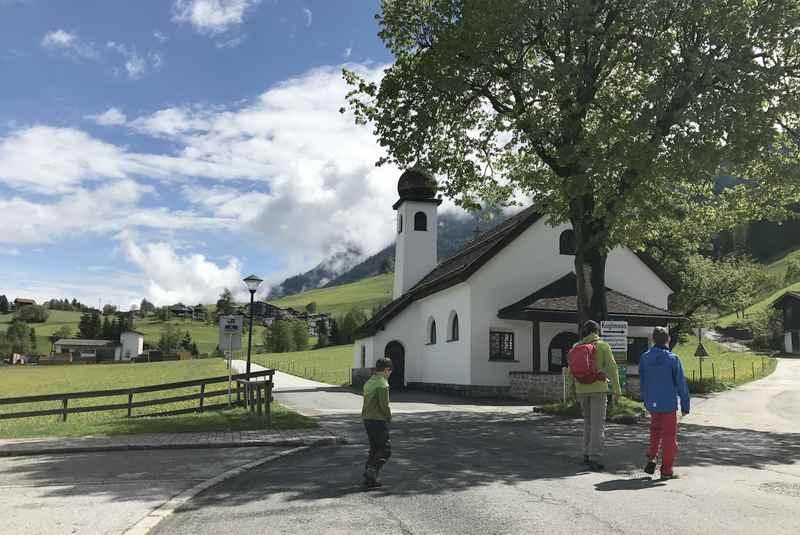 Bei der Kapelle in Gallzein beginnen wir die Wanderung im Frühling in Tirol
