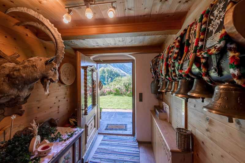 Bauernhofurlaub Karwendel: Hier gibt es noch echte Kühe - die Glocken hängen im Hauseingang