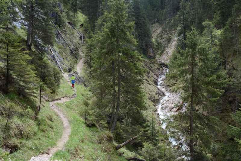 Durch die beeindruckende Gallzeiner Klamm wandern - links der Wanderweg, rechts das Wasser in der Schlucht