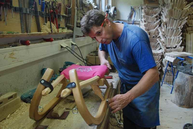 Der Gallzeiner Rodel für Kinder wird mit der gleichen Handwerksqualität von Bernhard Lederwasch am Fuße des Karwendelgebirge hergestellt