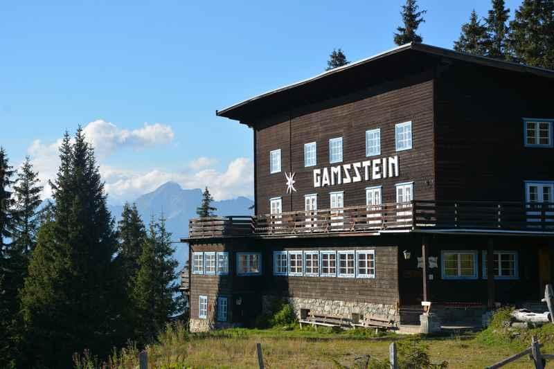 Das ehemalige Gasthaus Gamsstein am Loassattel in Tirol mit dem Karwendel, hier ist der Loas Parkplatz