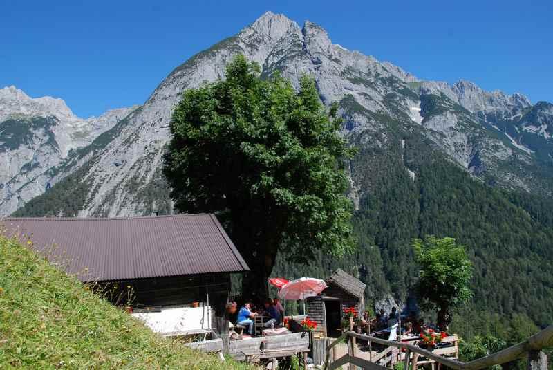 Die Ganalm in Terfens, im Vomper Loch mit dem Karwendel