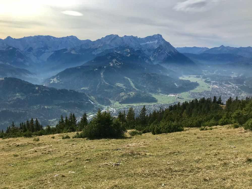 Das ist die Aussicht vom Wank über Garmisch Partenkirchen und das Wettersteingebirge samt Zugspitze