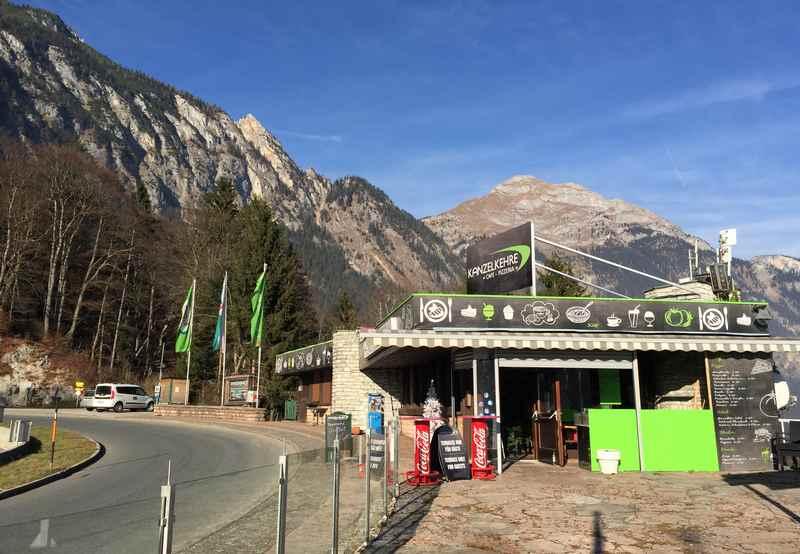 Der Gasthof in der Kanzelkehre, hinten die Berge des Rofan in Tirol