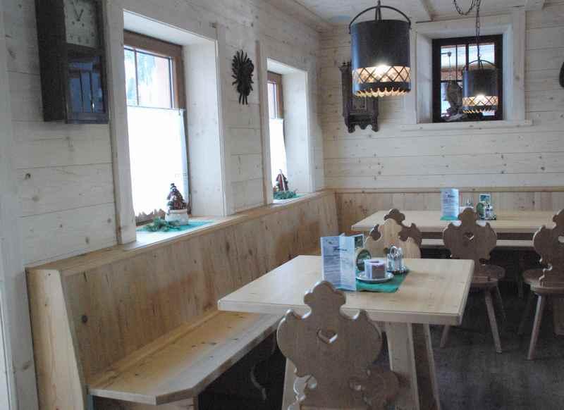 Auch hier hell und freundlich: Die Gaststube der Weidener Hütte, Tuxer Alpen
