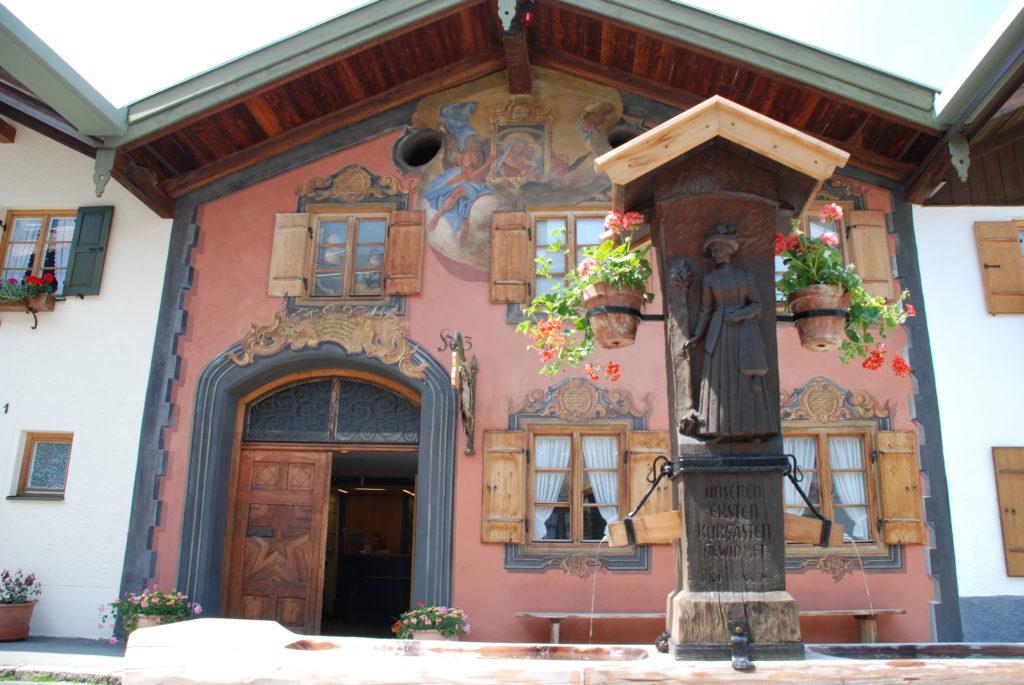 Karwendel bei Regen: Besuch´ das Geigenbaumuseum Mittenwald beim Stadtbummel durch die Altststadt Mittenwald