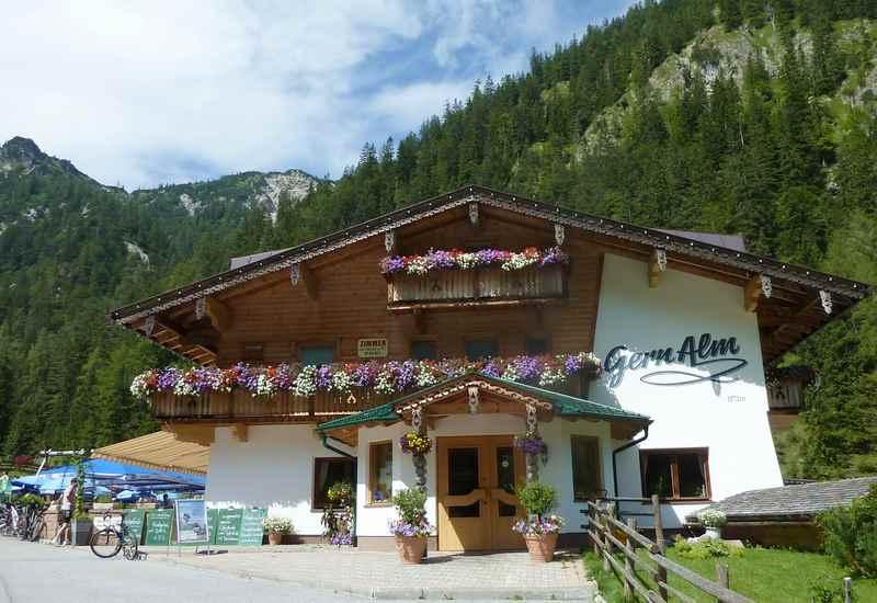 Die Gernalm, eine Hütte im Pertisau, ein Alpengasthof am Ende des Gerntal im Karwendel