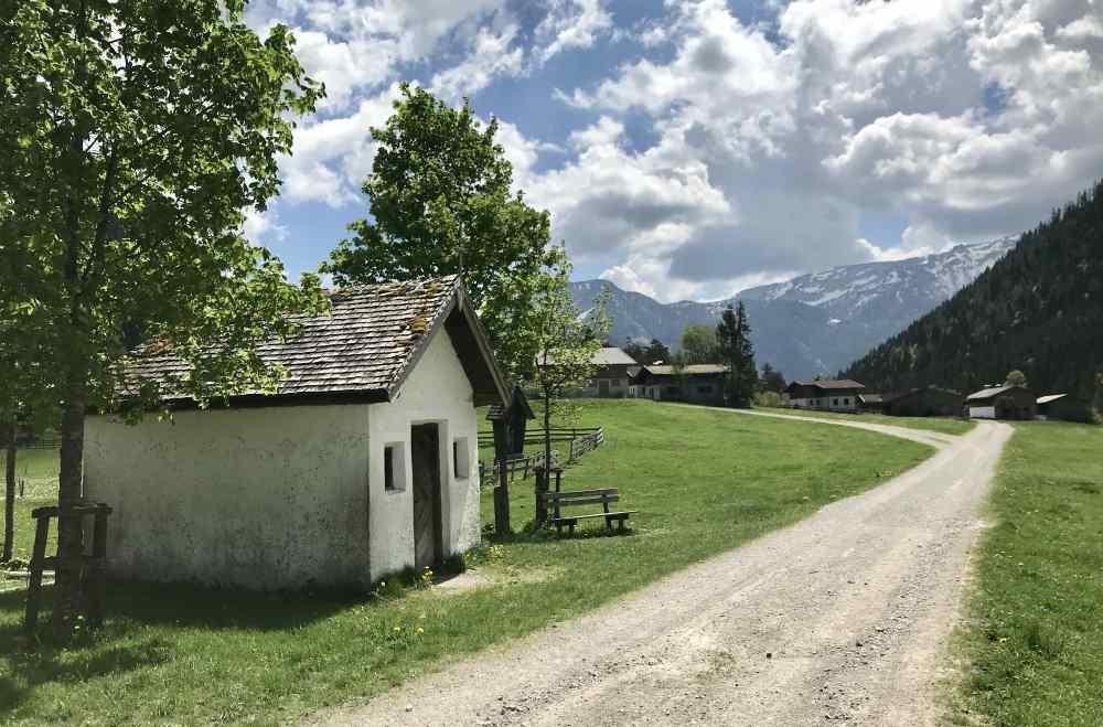 Der leichte Wanderweg im Gerntal bei der Pletzachalm