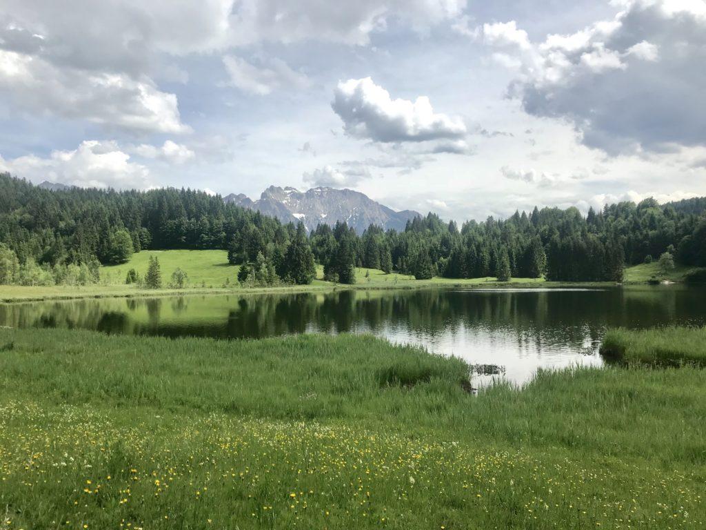 Geroldsee Krün: Blick über den See zum Karwendel