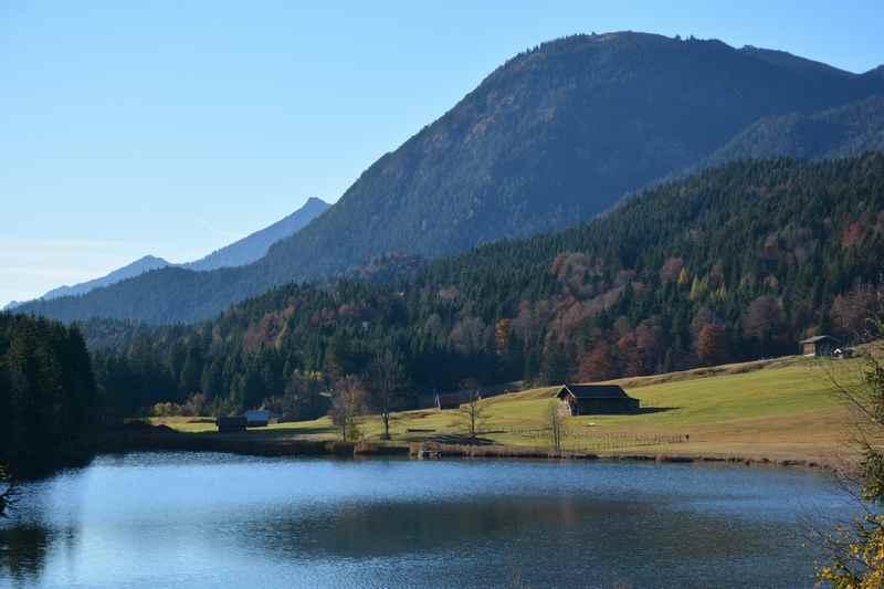 Im Herbst: Der glasklare Geroldsee in Krün bei Mittenwald in Bayern